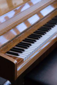 shiny brown piano